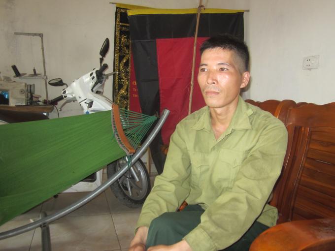 Gia đình anh Tú thuộc diện khó khăn của thôn, tuy nhiên vẫn phải đóng góp xây nhà văn hóa cho người mẹ tàn tật và 2 con nhỏ. Ảnh: Nguyệt Chi