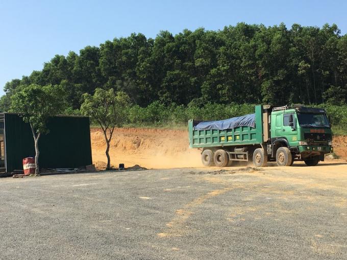 Xe tải chở đất ngay phía sau nhà xưởng thuộc địa phận Cty Triệu Thái Sơn. Ảnh: Nguyệt Chi