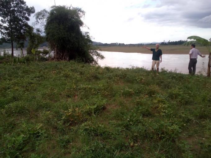 Bờ sông Mã đoạn qua xã Cẩm Vân bị sạt lở nghiêm trọng, đang có nguy cơ xâm lấn vào nhà dân. Ảnh: Nguyệt Chi