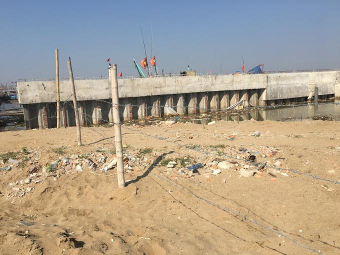 Phần vi phạm gần 2.000 m2 được giăng dây thép gai. Công trình xây dựng kiên cố làm ảnh hưởng dòng chảy sông Mã. Ảnh: Phạm Nguyệt