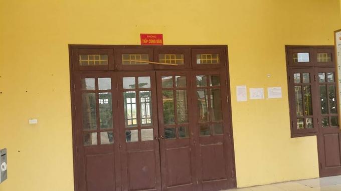 Gần 15h chiều phòng tiếp công dân vẫn đóng cửa kín mít.