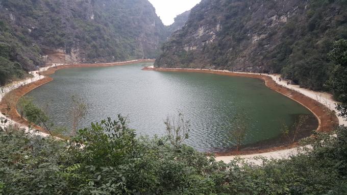 Phần lớn khu vực động Am Tiên là thung lũng ngập nước, được bao bọc xung quanh bởi vách núi đá., nước trong xanh mát mẻ quanh năm.