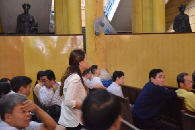 Bà Trần Ngọc Bích có mặt tại tòa sáng nay. Ảnh: Đinh Tuấn