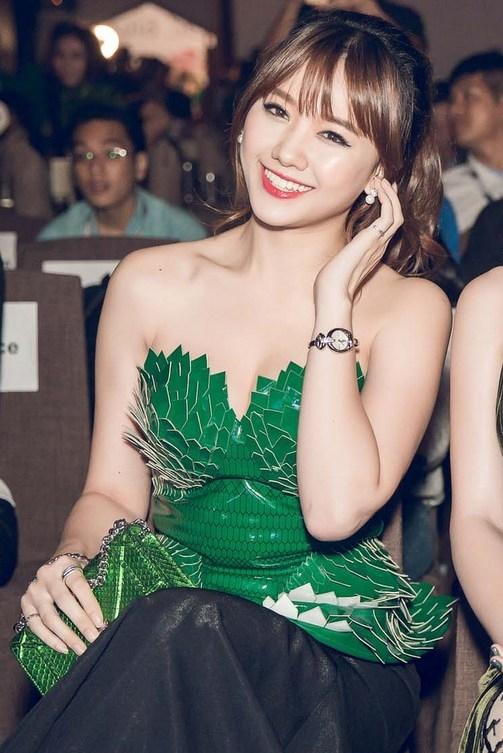 Hari Won gợi cảm với bộ váy hở ngực, điểm nhấn là các chi tiết xếp tầng theo hình cánh hoa. Ảnh: Vnexpress.net