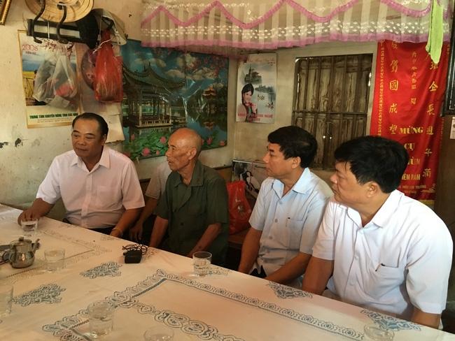 Đại diện Toà án Nhân dân Tối cao tại gia đình ông Trần Văn Thêm (Ảnh: Nguyễn Ngân/VTV)