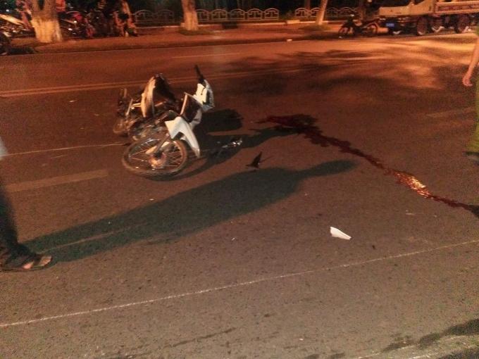 Chiếc xe còn lại trượt một đoạn dài rồi ngã xuống mặt đường.