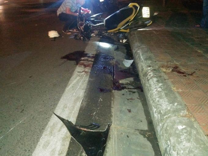 Sau vụ tai nạn 1 chiếc xe máy văng lên sát vỉa hè.