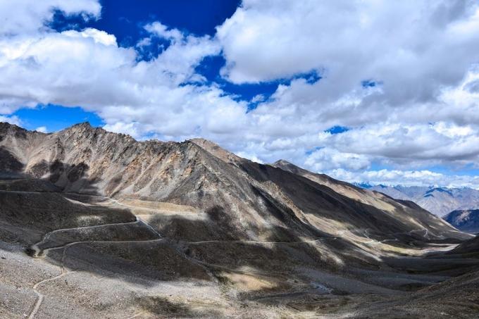 Ánh nắng cùng với dãy núi đá đã tô vẽ nên vẻ đẹp tuyệt hảo của Himalaya.
