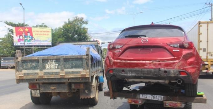 Mazda3 đập hộp bị xe tải ben đâm hư hỏng tại ngã tư đèn đỏ ở TP. Đông Hà, Quảng Trị