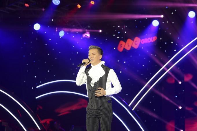 """Đàm Vĩnh Hưng mở đầu đêm nhạc với giai điệu nhẹ nhàng mà khắc khoải với """"Nếu đời không có em""""."""