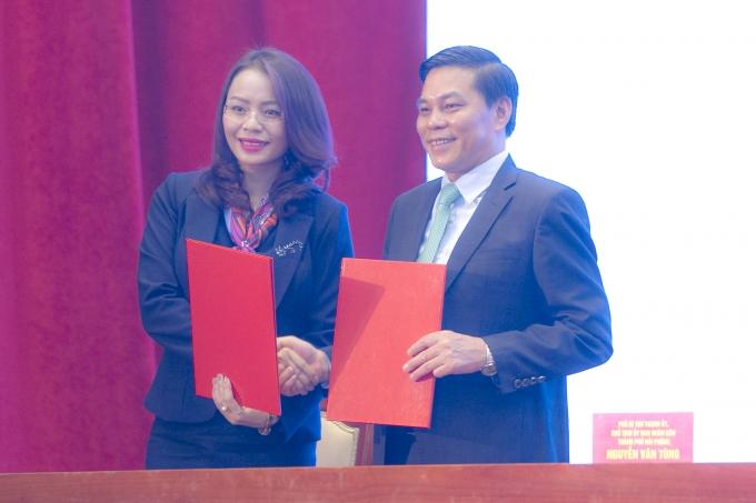 Bà Hương Trần Kiều Dung - Ủy viên HĐQT, Tổng Giám đốc Tập đoàn FLC ký kết với UBND TP Hải Phòng biên bản ghi nhớ.