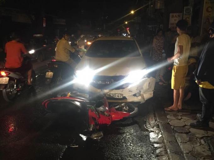 Chiếc ô tô đâm nhiều xe máy trên đường Đê La Thành làm nhiều người bị thương nặng