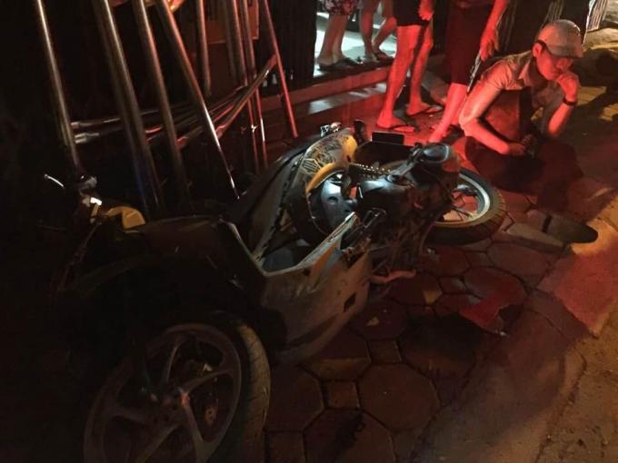Nhiều xe máy bị đâm đổ la liệt nằm trên đường