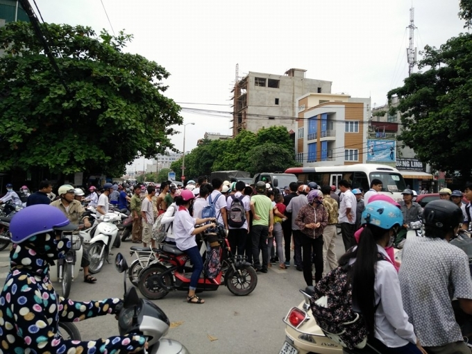 Hiện trường vụ tai nạn, rất nhiều người dân đứng xem.