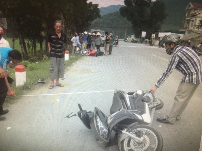Hiện trường vụ tai nạn xe máy đấu đầu, 2 người nguy kịch ở Nghệ An.