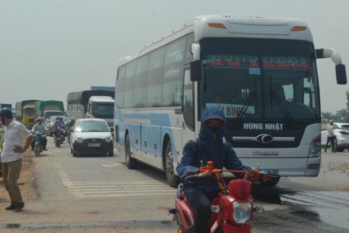 Vụ lật xe tải khiến đoạn đường ùn tắc cục bộ.
