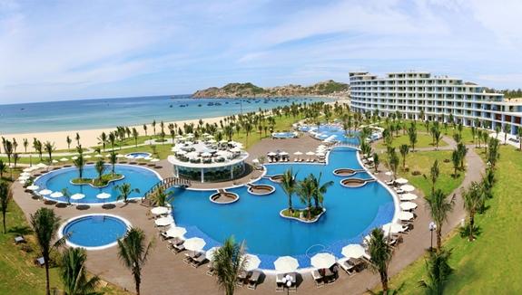 Vừa được khánh thành cuối tháng 7 vừa qua, FLC Quy Nhơn đã đón hàng vạn lượt du khách mỗi tháng, hai sản phẩm bất động sản là biệt thự biển và căn hộ khách sạn tại đây ngay lập tức tạo ra làn sóng lớn trên thị trường đầu tư bất động sản nghỉ dưỡng…