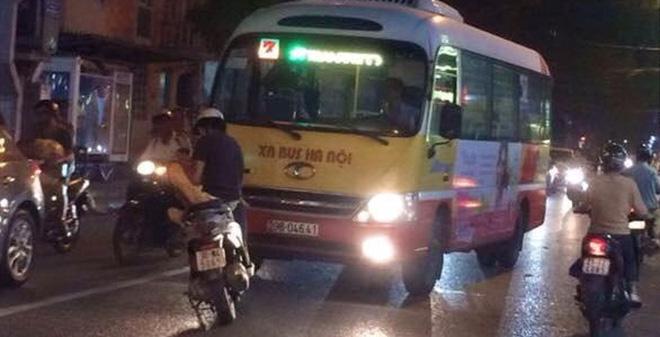 Nam thanh niên ung dùng ngồi dùng điện thoại, chặn đầu xe bus