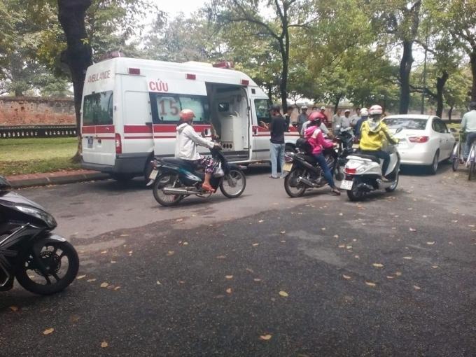 Nạn nhân đã được đưa đi Bệnh viện cấp cứu bằng xe cứu thương..