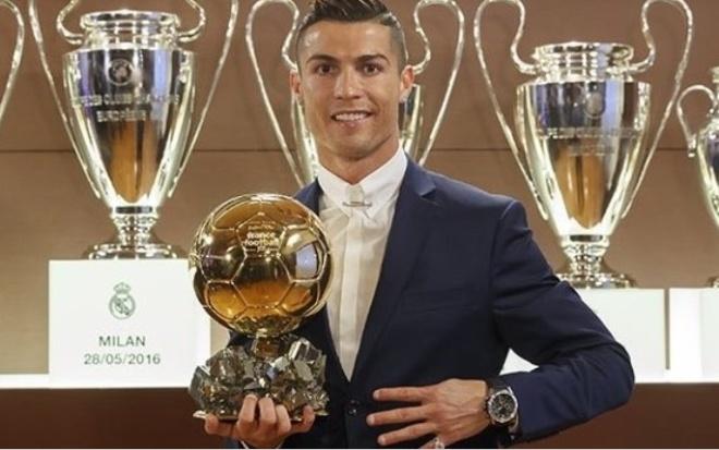 Ronaldo giành Quả Bóng Vàng 2016. Ngôi sao người Bồ Đào Nha lần thứ tư giành danh hiệu cá nhân cao quý nhất trong môn bóng đá. Trong năm 2016, Ronaldo cùng Real Madrid vô địch Champions League và Euro với đội tuyển Bồ Đào Nha.Lionel Messi giành Quả Bóng Bạc vàAntoine Griezmann giành Quả Bóng Đồng. Năm nay, tạp chíFrance Football dừng hợp tác với FIFA trong việc bầu chọn giải thưởng này.