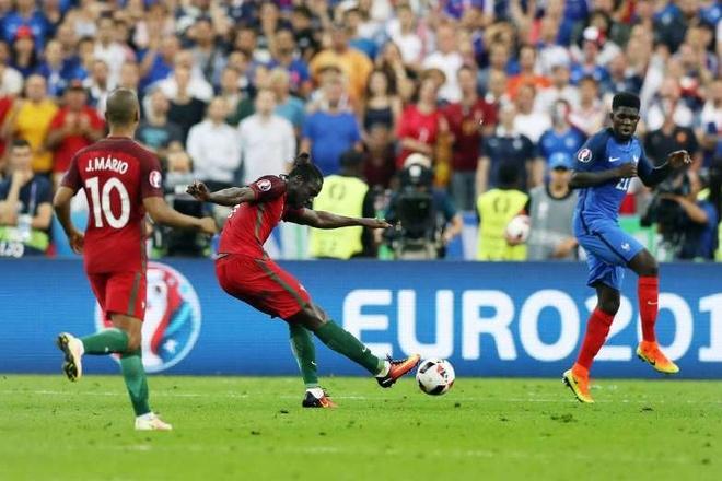 Bàn thắng của Eder ở trận chung kết Euro 2016. Đây là bàn thắng định đoạt số phận của sự kiện bóng đá lớn nhất năm 2016. Pha lập công ở phút 109 của trận chung kết, giúp Bồ Đào Nha đánh bại Pháp 1-0 trên sân Stade de France và lần đầu đăng quang một giải đấu lớn.                Man Utd phá kỷ lục chuyển nhượng với thương vụ Pogba. CLB Anh chi 116,4 triệu đôla, theo xác nhận từ phía Juventus, để đưa tiền vệ người Pháp trở lại sân Old Trafford (có nguồn tin là 130 triệu đôla). Đây là bản hợp đồng có giá trị kỷ lục, vượt qua số tiền 103,9 triệu đôla mà Real đã chi để chiêu mộ Gareth Bale năm 2013.