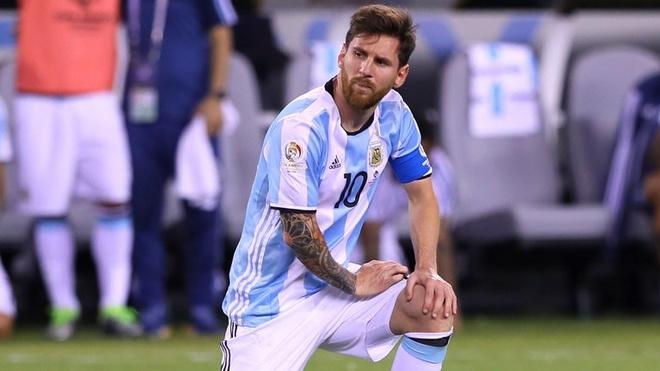 Messi giải nghệ và trở lại. Sau khi Argentina để thua Chile 2-4 ở trận chung kết Copa America 2016, ngôi sao đang chơi cho Barca tuyên bố chia tay đội tuyển quốc gia. Thông báo của Messi khiến giới bóng đá ngỡ ngàng vì anh mới 29 tuổi và đang là thủ quân của tuyển Argentina. Tuy nhiên, hơn hai tuần sau sự kiện đó, Messi tuyên bố trở lại sau khi trao đổi với tân HLVEdgardo Bauza.