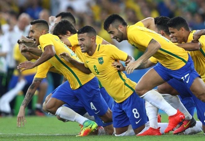 Brazil lần đầu vô địch Olympic. Neymar thực hiện thành công quả luân lưu quyết định, giúp đội chủ nhà đánh bại Đức 5-4 (hòa 1-1 sau 120 phút) trong loạt đấu súng ở trận chung kết môn bóng đá nam Thế vận hội 2016. Đây là danh hiệu lớn duy nhất mà bóng đá Brazil còn thiếu.                Bê bối khiến Sam Allardyce mất chức HLV tuyển Anh. HLV 62 tuổi buộc phải rời nhiệm sở chỉ sau 67 ngày trên cương vị thuyền trưởng của