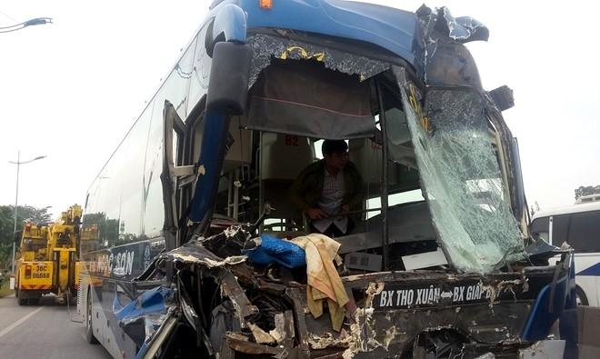Đầu chiếc xe khách bị hư hỏng nặng.
