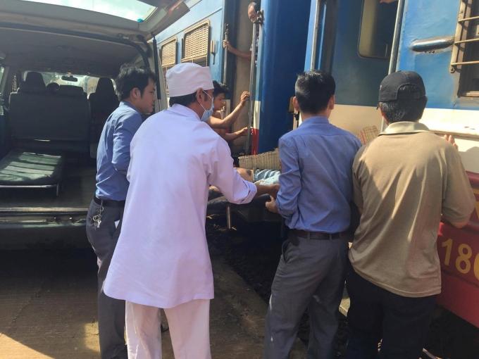 Nạn nhân được chuyển từ tàu qua xe cấp cứu. Ảnh: Thảo Hương.