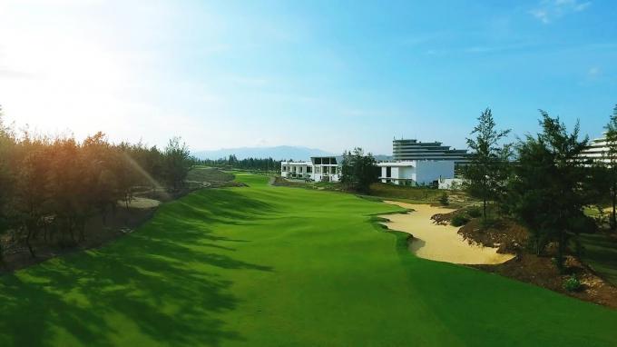 Một hố golfhướng rừng dương của FLC Quy Nhơn Golf Links