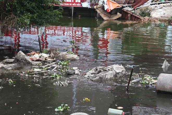 Khu vực ven hồ đoạn từ số 2 đến số 10 Nguyễn Đình Thi cũng tồn tại dòng nước đen ngòm, bốc mùi hôi thối. Một người dân sống cạnh đây cho biết, hiện tượng này có từ lâu tuy nhiên vẫn chưa được cơ quan chức năng xử lý.