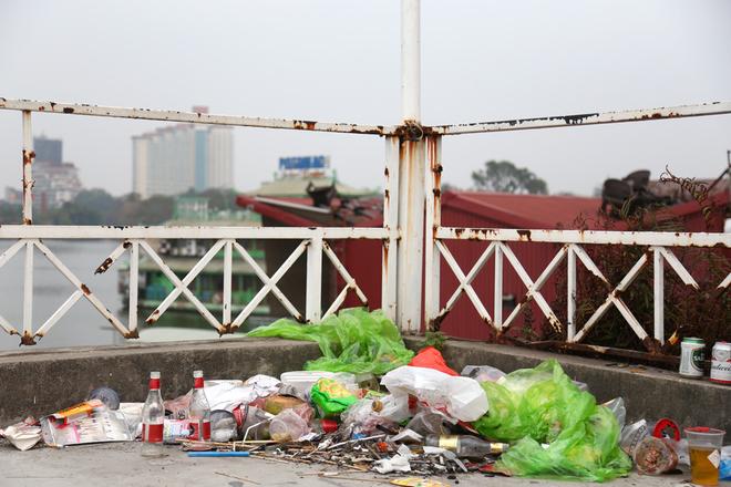 Người dân tập kết rác trên nóc ngôi nhà hoang ở ven hồ.