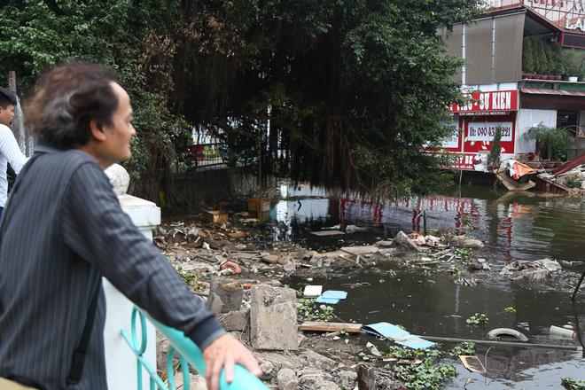 Nhiều người cho rằng, Hà Nội cần tổ chức dọn dẹp rác thải, nạo vét ở khu vực di dời nhà nổi, du thuyền để đảm bảo vệ sinh môi trường cho Hồ Tây.
