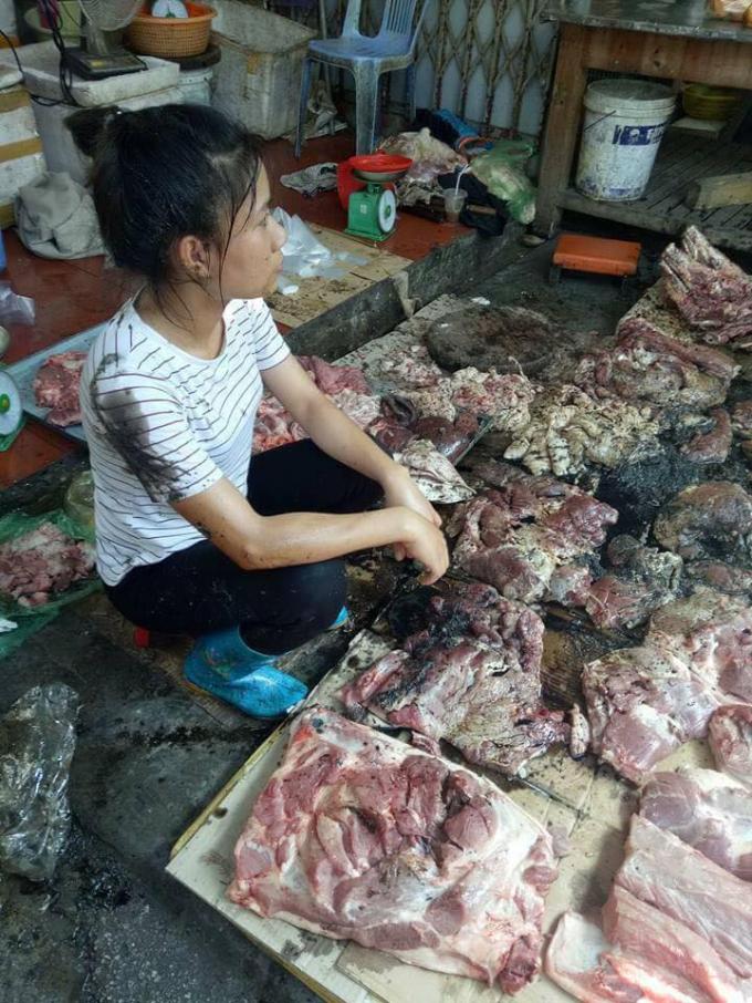 Hình ảnh quần áo chị Xuyên bị chất thải hắt vào.Ảnh: Facebook.