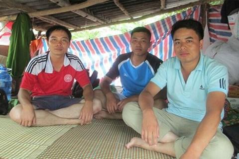 Các chiến sĩ CAND Sơn La ở trong chiếc lán tạm để bám trụ tâm lũ, hỗ trợ người dân.