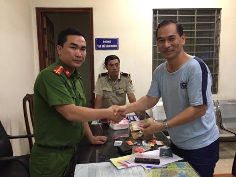 Cơ quan Công an trả lại chiếc ví cho du khách nước ngoài.