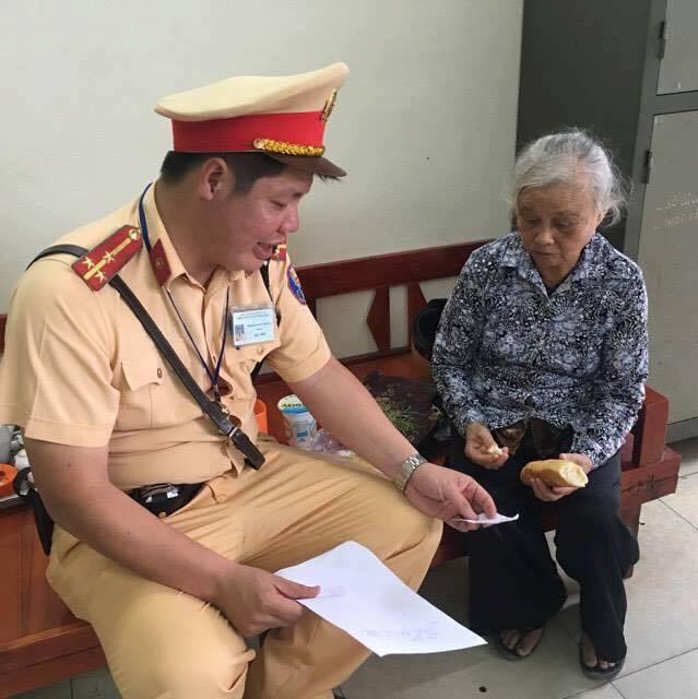 Lực lượng CSGT đội 6 giúp bà cụ bị kẻ gian lừa rạch túi lấy hết tiền về quê.