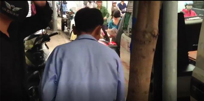 Người đàn ông là bệnh nhân đang được Xe cấp cứu Bệnh viện Đông Đô chở. Ảnh cắt từ Clip.