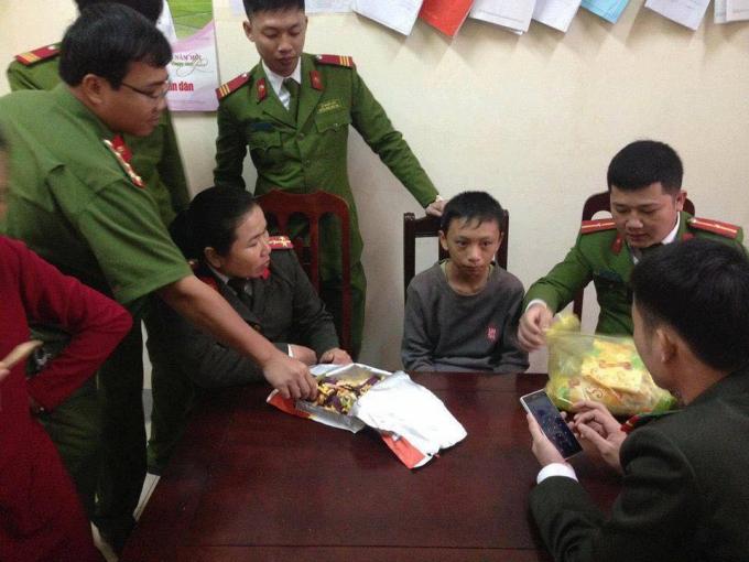 Tuấn Anh được cán bộ Công huyện Diễn Châu động viên. Ảnh: FB Chim Lợn