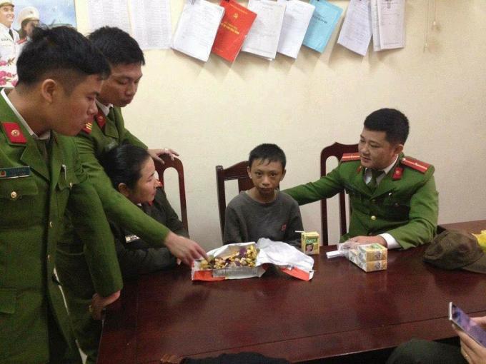 Công an huyện Diễn Châu tìm hiểu về gia đình Tuấn Anh.Ảnh: FB Chim Lợn