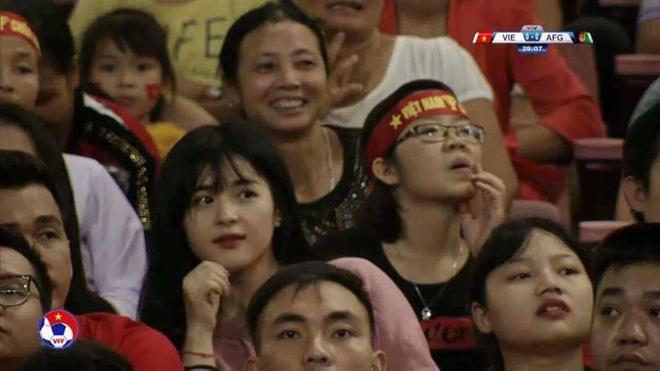Cô gái xinh đẹp may mắn lọt ống kính truyền hình trận Việt Nam - Afghanistan