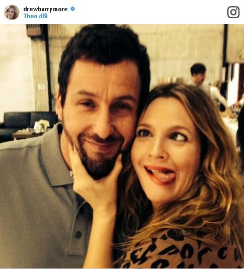 """Drew Barrymore không ngần ngại làm """"mặt xấu"""" khi selfie cùng bạn diễn Adam Sandler trong bộ phim đình đám """"50 lần hẹn đầu tiên""""."""