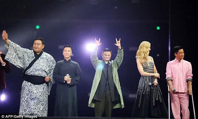"""Jack Ma (giữa) xuất hiện tại một sự kiện quảng bá cho """"Công Thủ Đạo"""" bên cạnh các diễn viên của phim, gồm cựu võ sĩ sumo người Mông Cổ - Dagvadorj Dolgorsurengiin (ngoài cùng bên trái), nam diễn viên Chân Tử Đan (thứ hai từ trái sang), nữ diễn viên người Úc Nicole Kidman và nam diễn viên Ngô Kinh."""