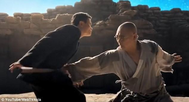"""Jack Ma (trái) """"chiến"""" Lý Liên Kiệt (phải)."""