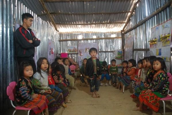 Giờ lên lớp dạy hát của thầy Vằng Văn Vũ, Trường mầm non Tà Tổng, huyện Mường Tè, tỉnh Lai Châu.