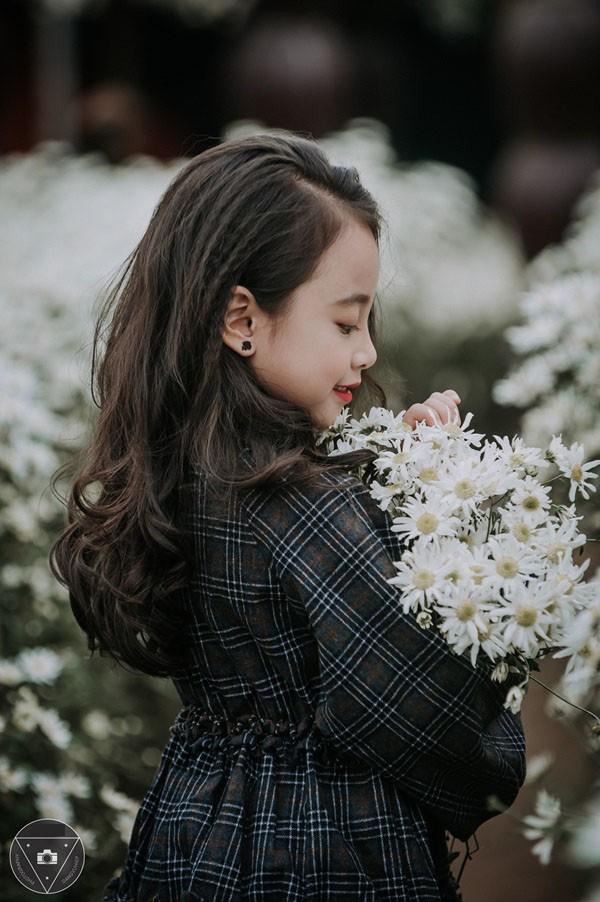 """""""Tiểu Chi Pu"""" khiến cư dân mạng sôi sùng sục với bộ ảnh chụp cùng cúc họa mi được đánh giá là đẹp nhất mùa"""