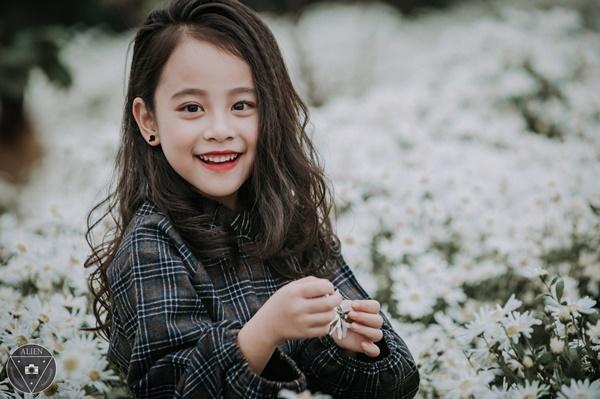 Vườn cúc họa mi như chỉ là nơi để tôn vinh thêm vẻ đẹp của cô bé 6 tuổi này.