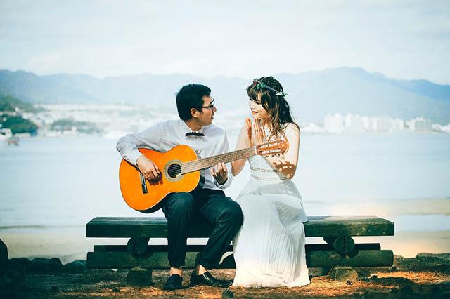 Cuộc hẹn thứ hai của cặp đôi diễn ra tại một quán cà phê với bản nhạc tình cảm nhẹ nhàng. Và cũng chính ở không gian lãng mạn đó, trái tim họ đã lạc nhịp vì nhau.