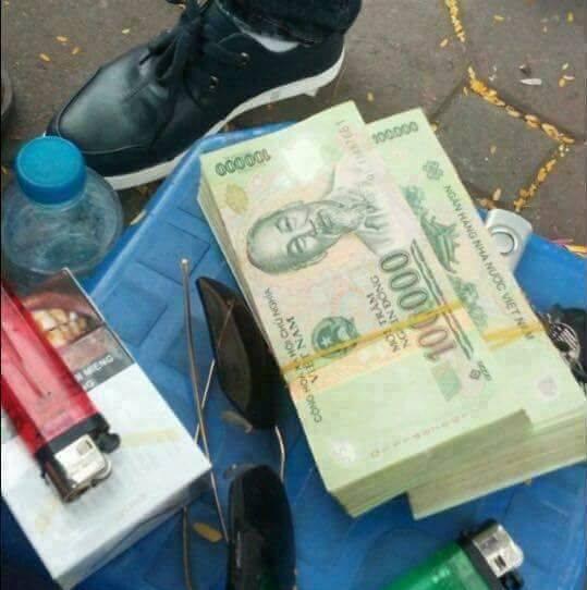Những cục tiền liên tục được đăng tải trên trang facebook của đối tượng.Ảnh: Chụp từ màn hình.