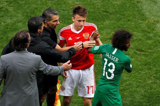 Golovin (thứ hai từ phải sang) phải nhận thẻ vàng đầu tiên ở World Cup
